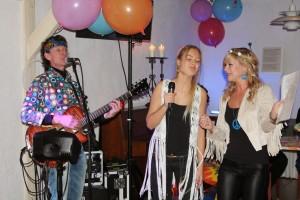 Super zangeressen die spontaan meezingen in de Koperen Kop tijdens het hippie personeelsfeest van het Kröller Muller museum